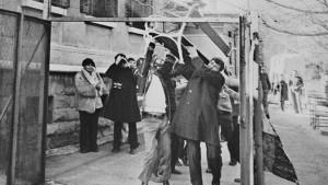 Giù i muri. Franco Basaglia, in una foto del 1973, insieme a un gruppo di pazienti abbatte una delle recinzioni dell'ex manicomio di Trieste 1978. Quarant'anni fa il via libera alla legge sulla chiusura dei manicomi in Italia