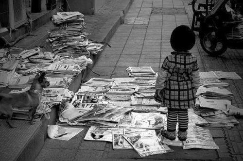 bambina-giornali