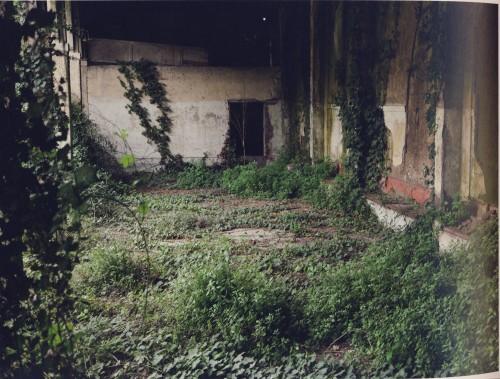 """(OP """"Leonardo Bianchi"""", Napoli Capodichino. Sezione uomini, cortile del piantone)"""